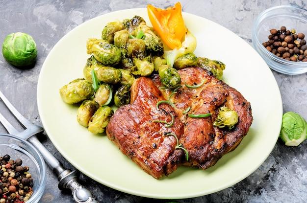 Bife de carne com legumes