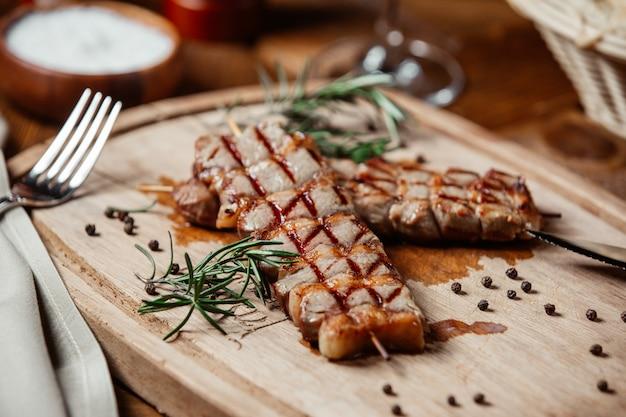 Bife de carne com pimenta preta e alecrim.