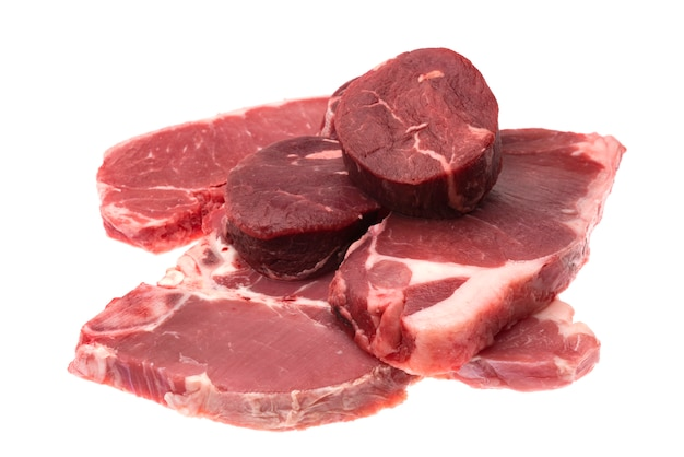 Bife de carne crua fresca isolado