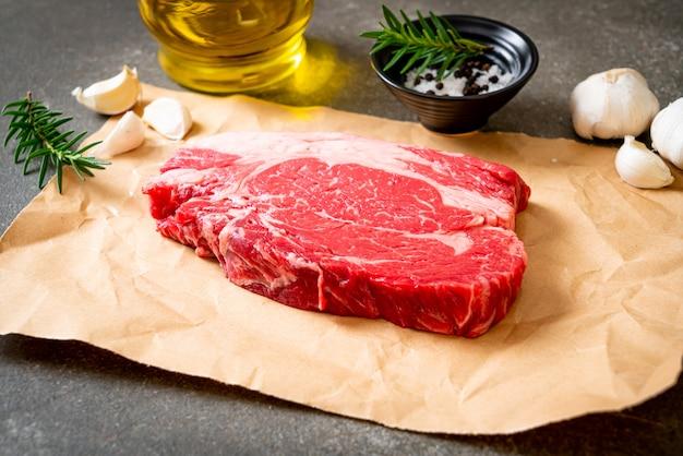 Bife de carne crua fresca