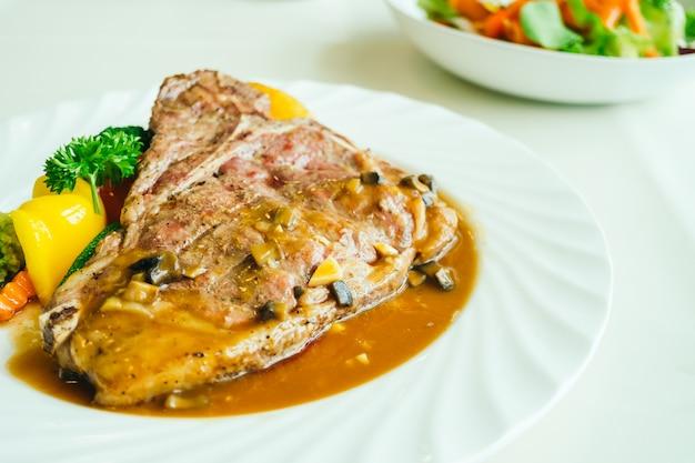 Bife de carne de bovino grelhado com carne de bovino com vegetais