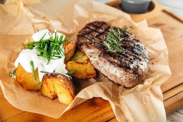 Bife de carne de cavalo com creme de batata ao forno
