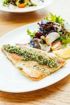 Bife de carne de peixe robalo grelhado com legumes