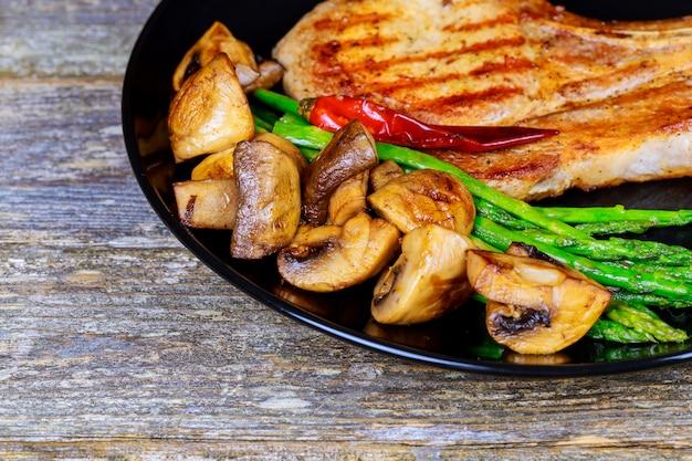 Bife de carne de porco com legumes e mashrooms