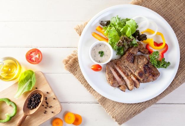 Bife de carne de porco com pimenta preta.