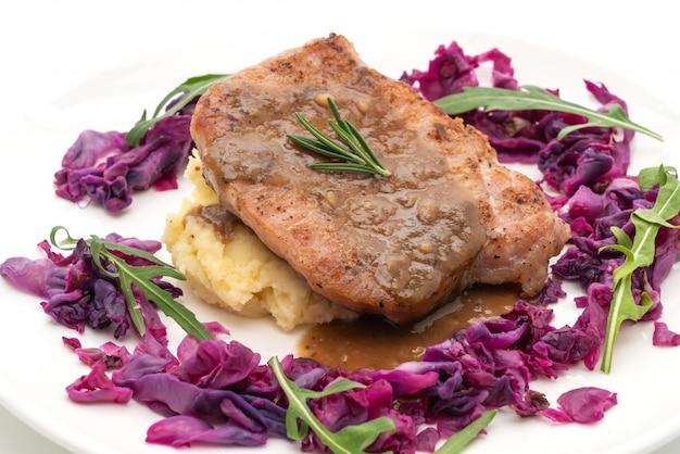 Bife de carne de porco com repolho roxo e purê de batatas