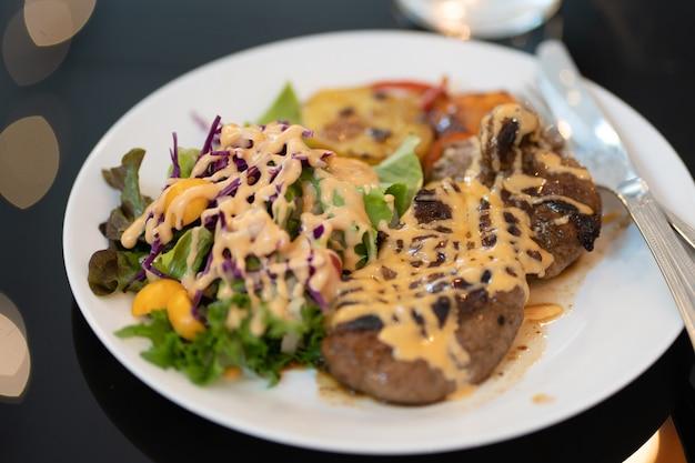 Bife de carne de porco com salada