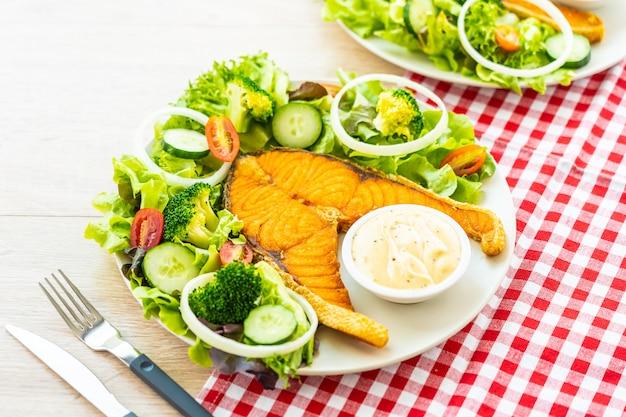 Bife de carne de salmão grelhado com legumes frescos