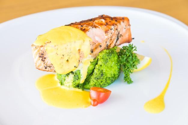 Bife de carne de salmão grelhado