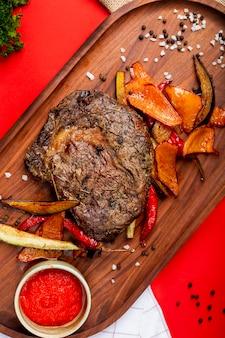 Bife de carne frita com legumes e sementes