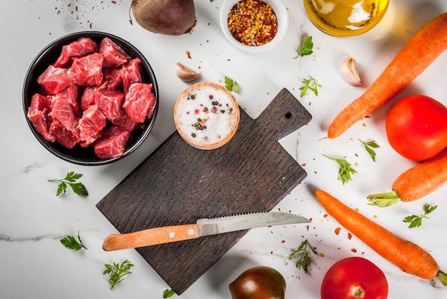Bife de carne. goulash picado cru fresco, cubos de carne em uma tigela. spi