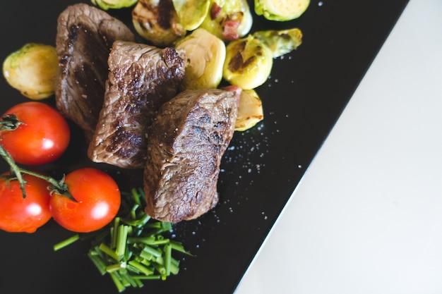 Bife de carne grelhada com legumes