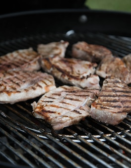 Bife de carne grelhado, pedaços de carne marinados são grelhados na grelha. churrasco