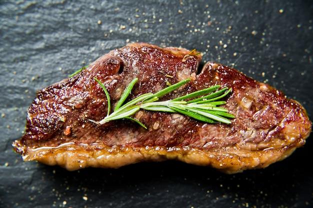 Bife de carne marmorizada angus assado preto traseiro.