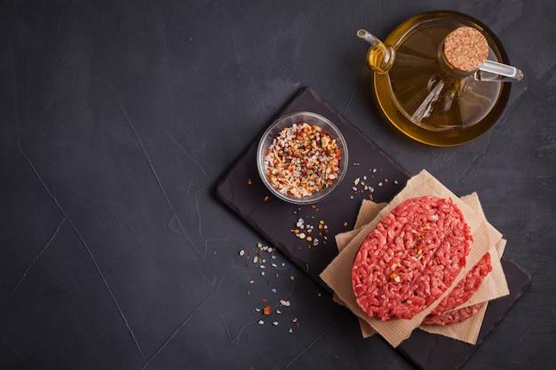 Bife de carne picada orgânica crua caseira