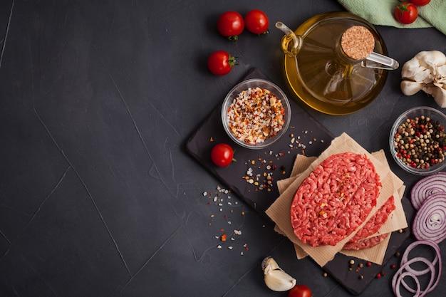 Bife de carne picada orgânico cru caseiro