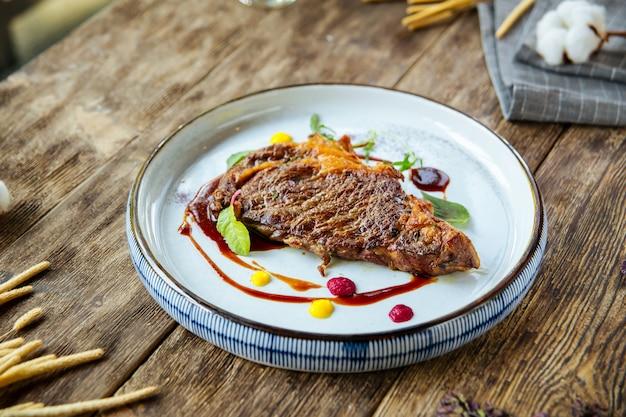 Bife de carneiro grelhado gourmet na mesa de madeira