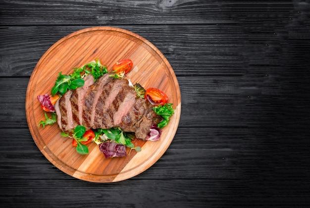 Bife de costela de carne picada com legumes