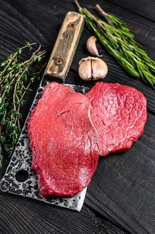 Bife de filé de carne bovina de mármore cru em cutelo de açougueiro