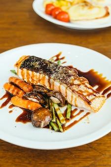 Bife de filé de carne de salmão grelhado com legumes