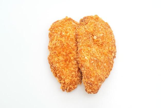 Bife de filé de peito de frango frito isolado no fundo branco