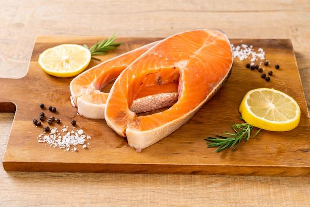 Bife de filé de salmão cru fresco com ingrediente a bordo