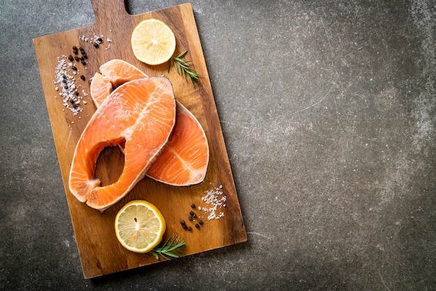 Bife de filé de salmão cru fresco
