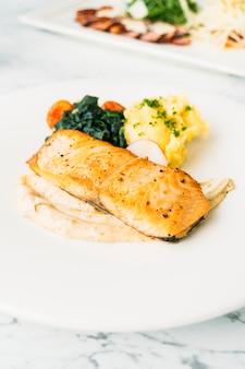 Bife de filé de salmão grelhado com legumes e molho