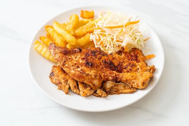 Bife de frango assado na brasa com batatas fritas