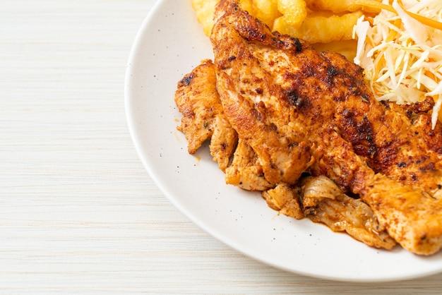 Bife de frango assado na brasa grelhado com batatas fritas