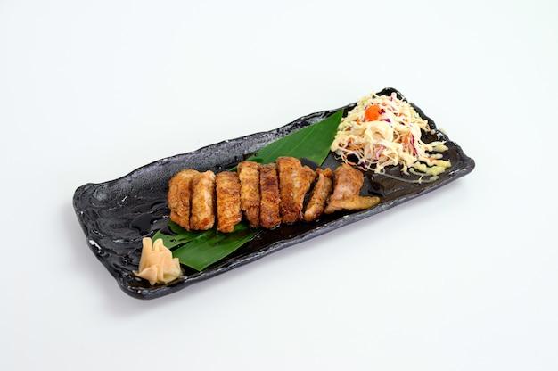 Bife de frango com molho teriyaki e salada de repolho