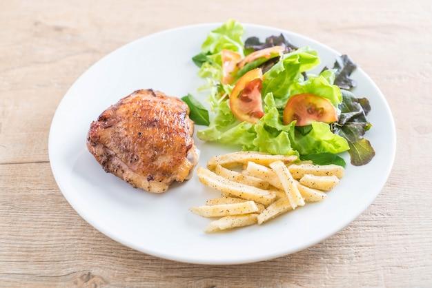 Bife de frango grelhado com batatas fritas e salada de legumes
