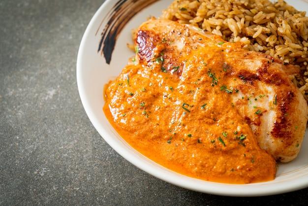 Bife de frango grelhado com molho de curry vermelho e arroz - estilo de comida muçulmana