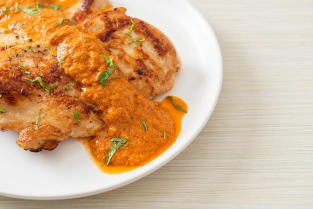 Bife de frango grelhado com molho de curry vermelho - estilo muçulmano