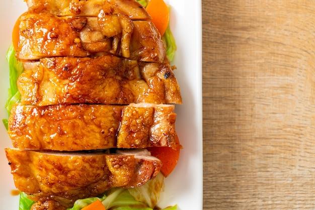 Bife de frango teriyaki teppanyaki com repolho e cenoura