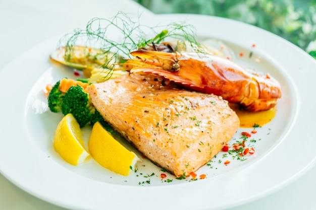 Bife de frutos do mar grelhado misturado com camarão de salmão e outras carnes