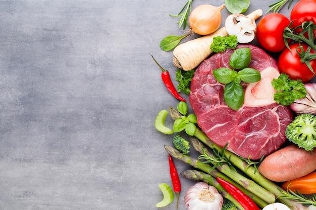 Bife de lombo de carne bovina fresca crua com especiarias e ingredientes.