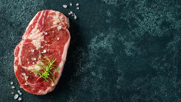 Bife de lombo de carne crua fresca e tempero