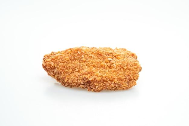 Bife de peito de frango frito isolado no fundo branco