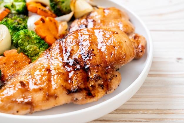 Bife de peito de frango grelhado com legumes
