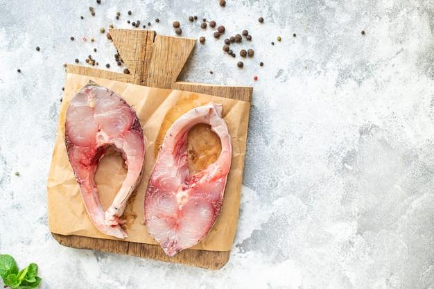Bife de peixe carpa prateada crua pronta para cozinhar lanche refeição vegetariana saudável