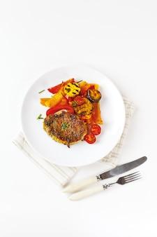 Bife de porco assado com legumes grelhados