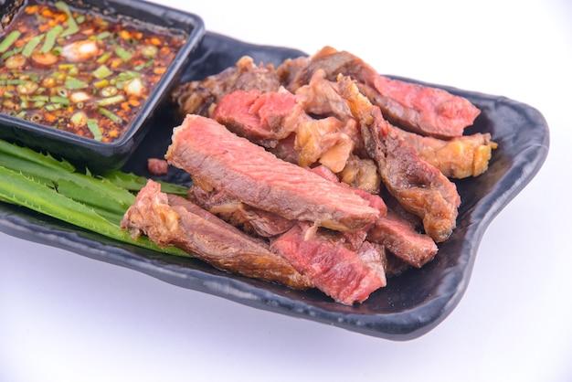 Bife de porco assado na chapa preta com molho tailandês