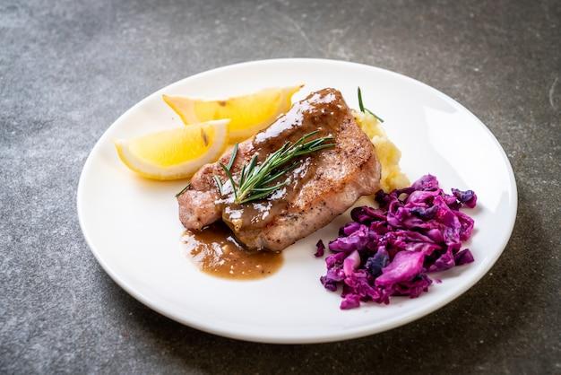 Bife de porco com repolho roxo e purê de batatas