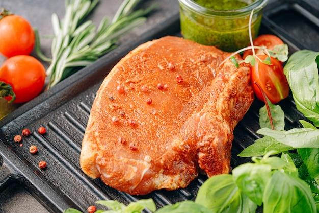 Bife de porco cru com especiarias e azeite e molho de manjericão