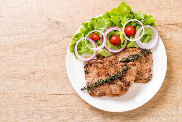 Bife de porco grelhado com legumes