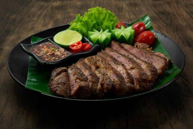 Bife de porco grelhado com pimenta preta