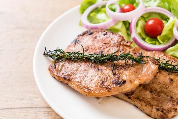 Bife de porco grelhado com vegetais