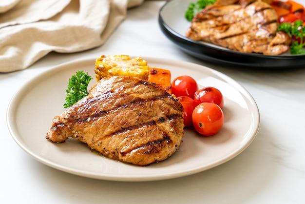 Bife de porco grelhado e grelhado com legumes
