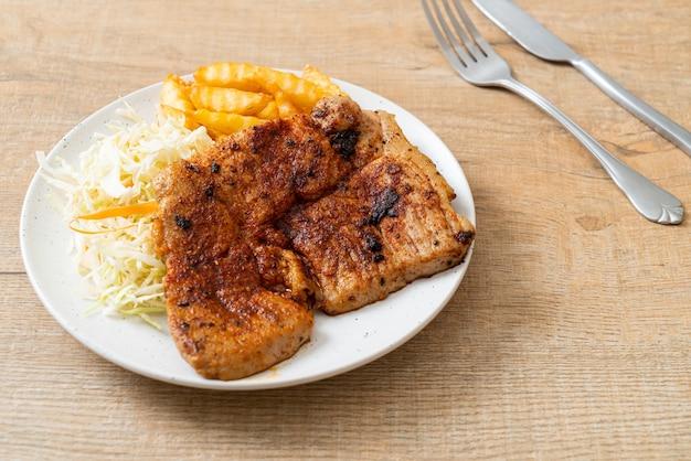 Bife de porco kurobuta churrasco picante grelhado com batatas fritas